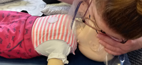 How to give mouth to mouth resuscitation to a baby